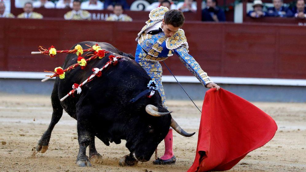 Foto: El diestro Ginés Marín da un pase a su segundo toro en la Corrida de Beneficencia. (EFE)