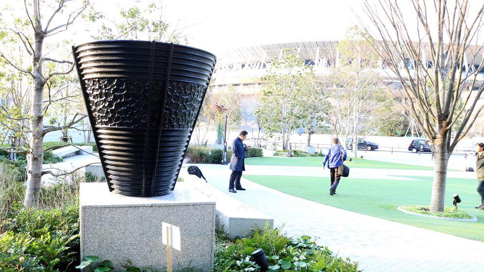 Foto: Réplica del pebetero olímpico de Tokio 1964, frente al Estadio Nacional de Tokio en Japón (EFE)