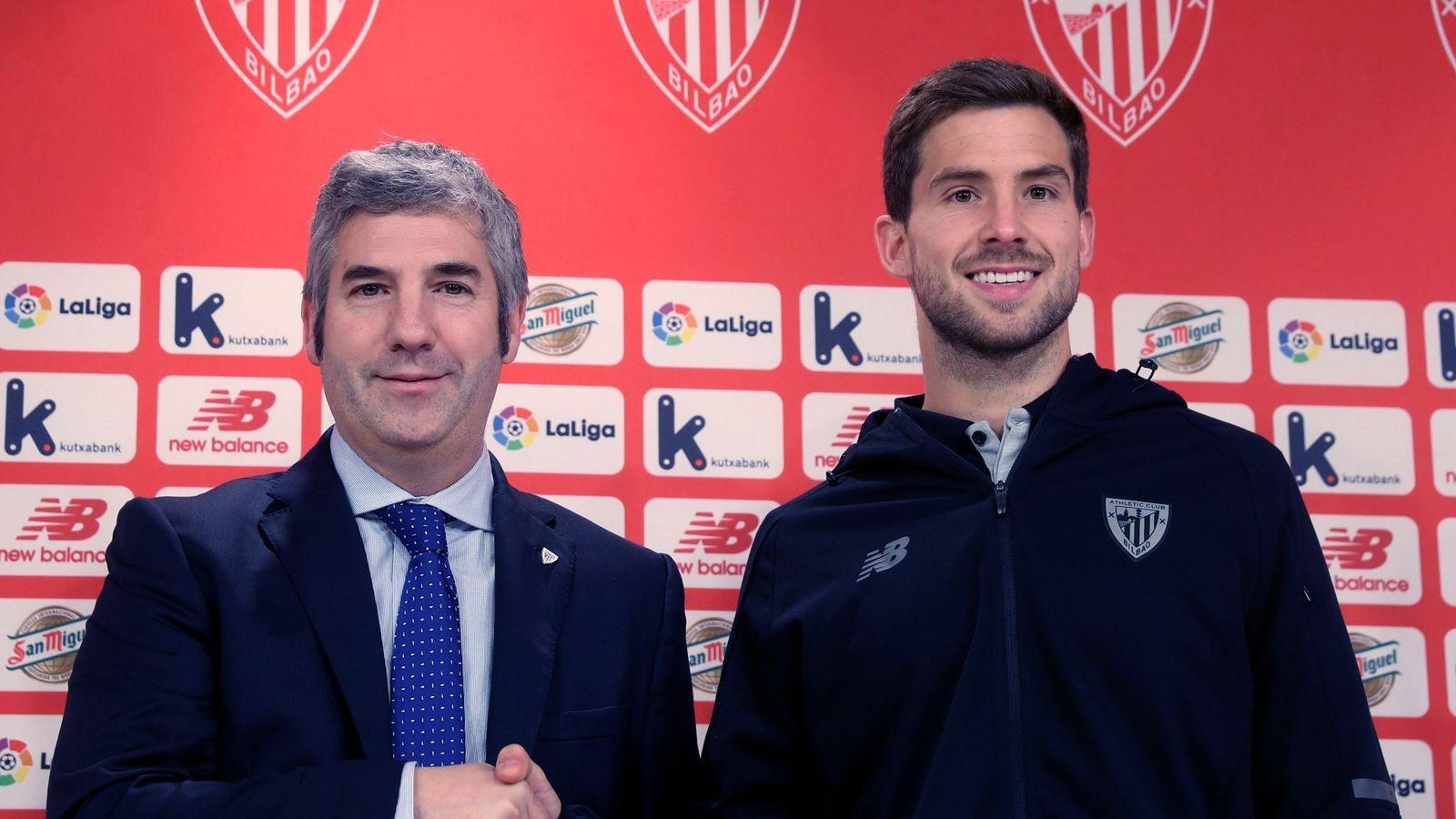 Foto: Martínez, junto a Josu Urrutia, en su presentación como nuevo jugador del Athletic. (EFE)