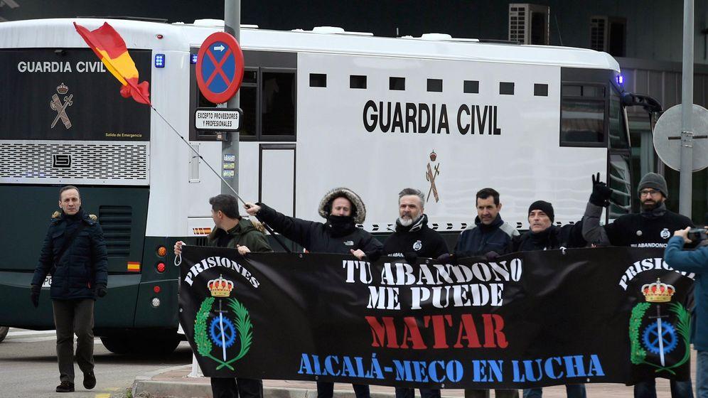 Foto: Llegada del autobús de la Guardia Civil a Alcalá Meco. (EFE)