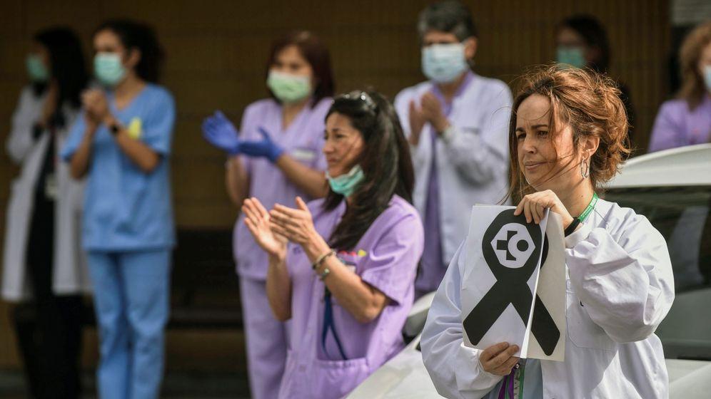 Foto: Sanitarios reciben aplausos mientras rinden homenaje a los fallecidos por el covid. (EFE)