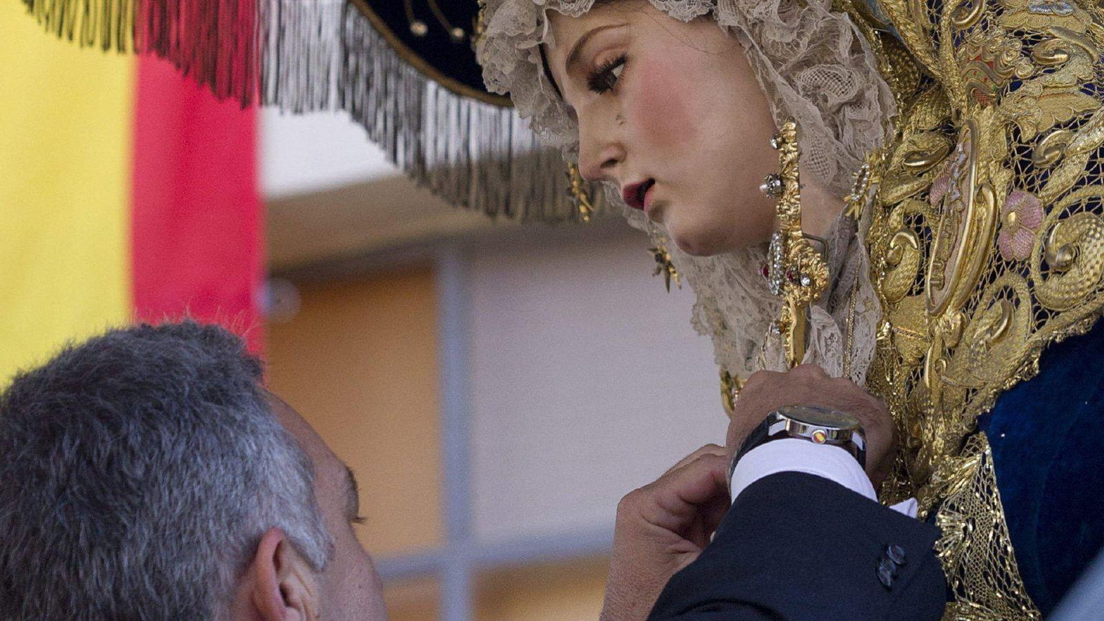 Foto: Acto de imposición de la medalla al Mérito Policial a la virgen María Santísima del Amor. (Efe)