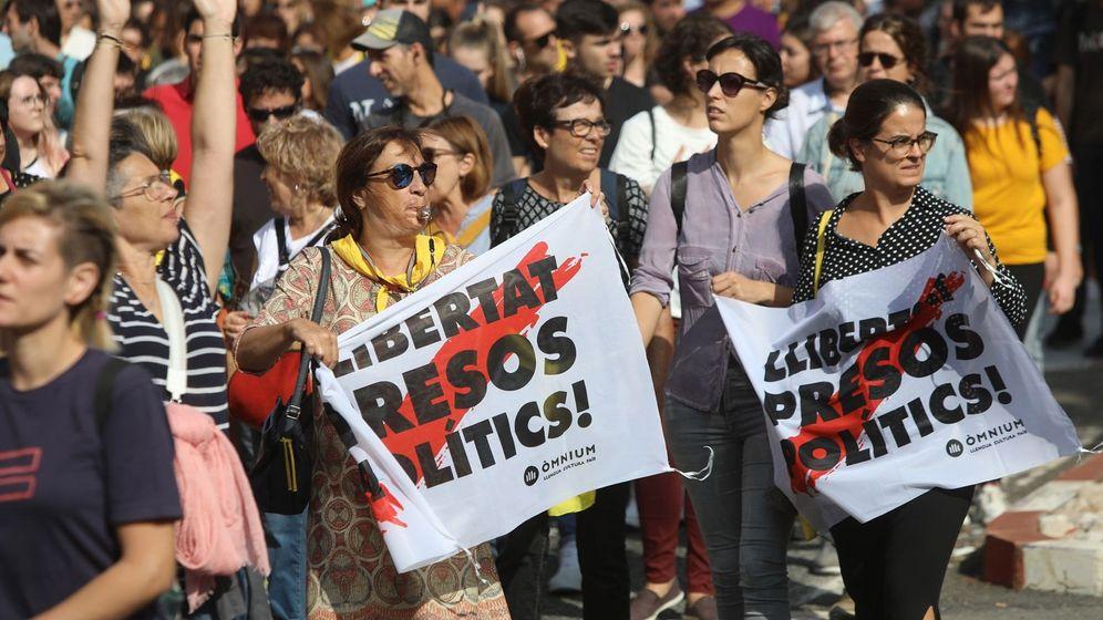 Foto: Centenares de personas cortan la AP-7 a la altura de Tarragona en protesta por la sentencia del 'procés'. (EFE)