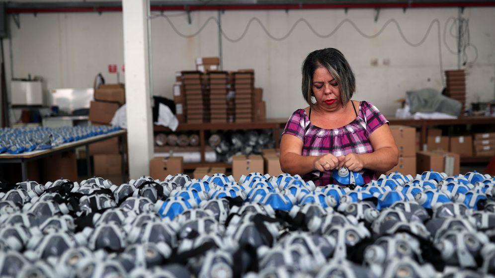 Foto: Una trabajadora de una fábrica de mascarillas en Sao Paulo. (Reuters)