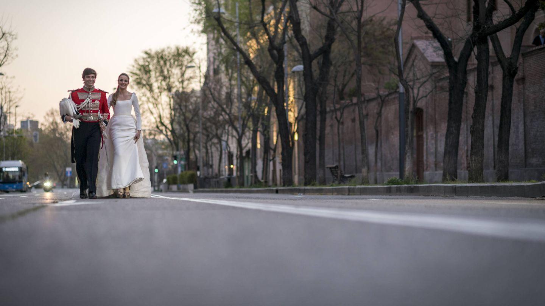 Los recién casados pasean felices. (Foto:  Liven Photography)
