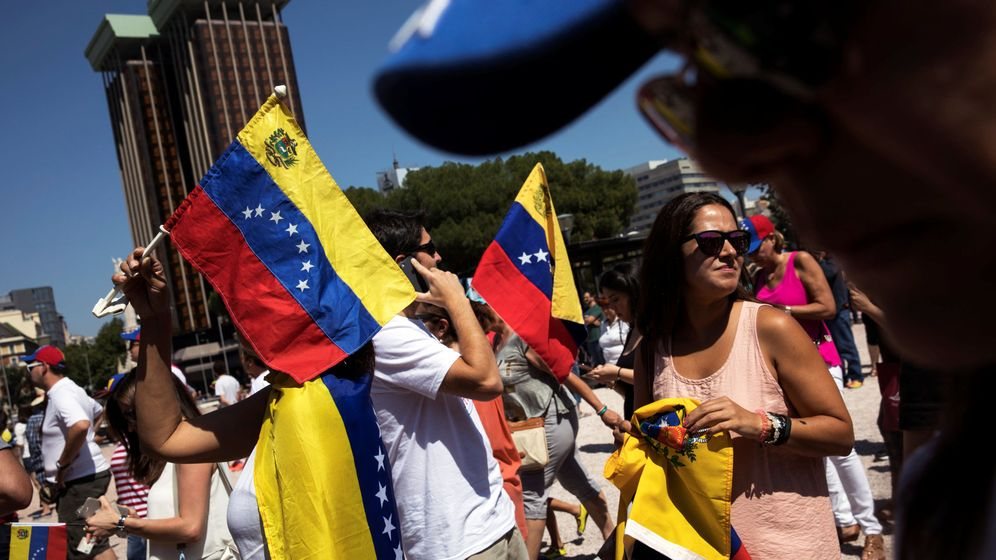 Foto: La gente hace cola para poder votar en el plebiscito contra Nicolas Maduro. (Reuters)