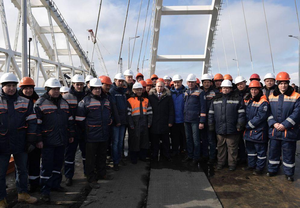 Foto: Vladimir Putin durante una visita a las obras del puente de Crimea sobre el estrecho de Kerch, el 14 de marzo de 2018. (Reuters)