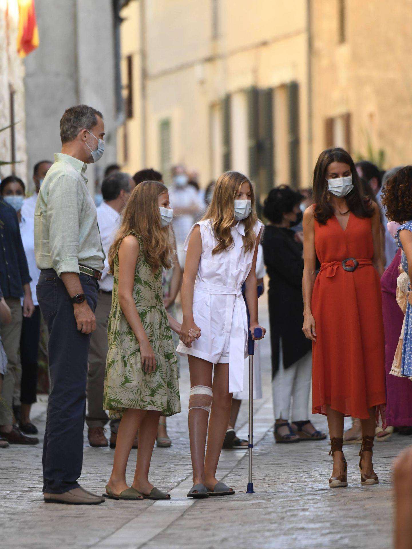 La infanta Sofía, con muletas, este lunes en Petra, Mallorca. (Limited Pictures)