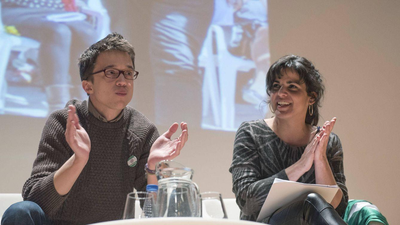Foto: Iñigo Errejón y la secretaria general de Podemos Andalucía, Teresa Rodríguez, en el acto central de homenaje a J. Luis Serrano con motivo del Día de Andalucía. (EFE)