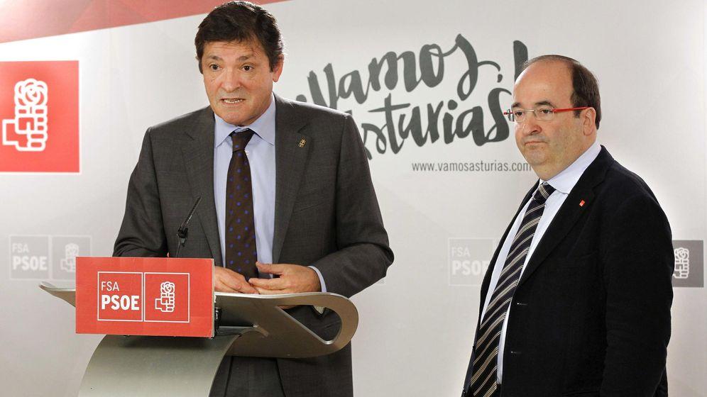 Foto: Javier Fernández y Miquel Iceta, durante un acto de la Federación Socialista Asturiana en 2015. (EFE)