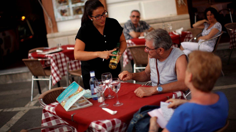 Camarera en la terraza del Casino de Ronda (Málaga). (Jon Nazca/Reuters)