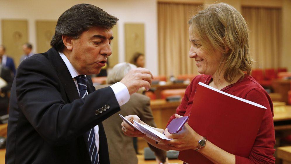 Foto: Tania Sánchez, junto al parlamentario del PP José Antonio Bermúdez de Castro, durante la sesión constitutiva de la Comisión Constitucional. (EFE)