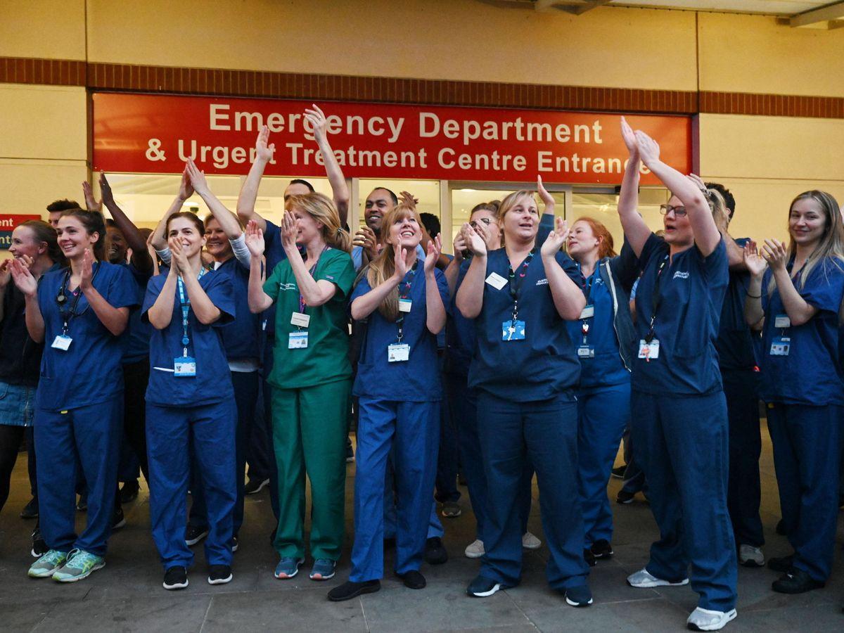 Foto: Médicos, en un hospital de Londres. (Reuters)