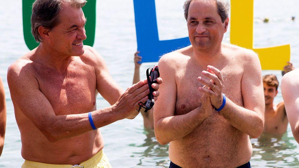 Foto: Quim Torra (d) participa junto al expresidente Artur Mas (i), en la celebración de los 25 años de la campaña Mulla't' por la esclerosis múltiple. (EFE)
