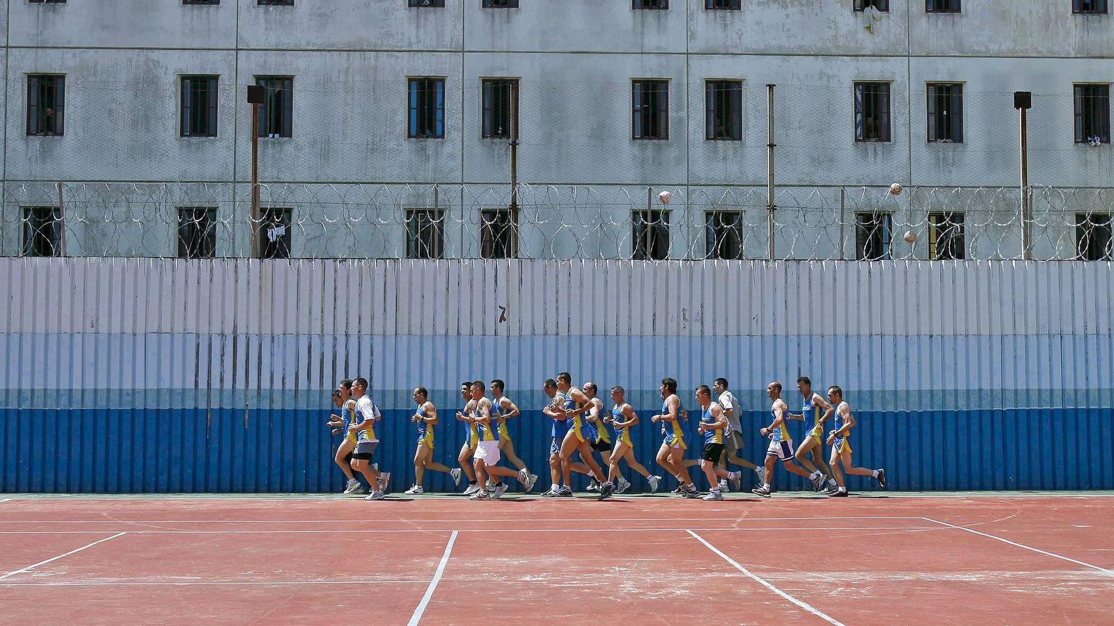 Foto: Un grupo de reclusos corre este verano en uno de los patios de Picassent en una actividad en colaboración con el atleta Martín Fiz. (EFE)