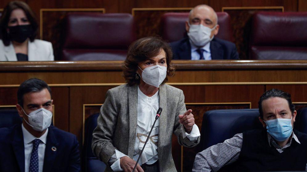 Foto: La vicepresidenta primera del Gobierno, Carmen Calvo, interviene junto con el presidente, Pedro Sánchez, y el vicepresidente segundo, Pablo Iglesias. (EFE)