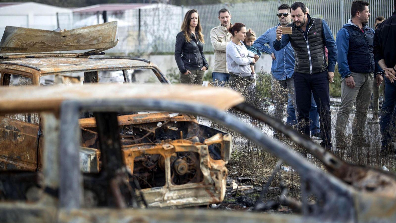 Foto: Matteo Salvini, en un campamento de gitanos. (EFE)