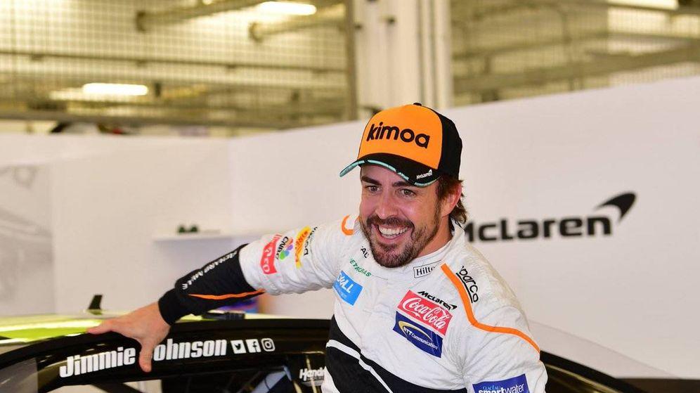Foto: Fernando Alonso, en su prueba de la Nascar en Baréin. (Twitter: @BAH_Int_Circuit)
