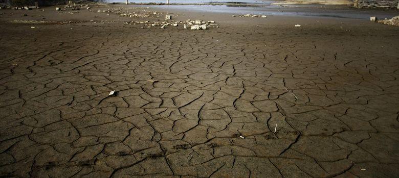 Foto: El embalse gallego de Cecebre, tras varias jornadas sin lluvia. (Efe)