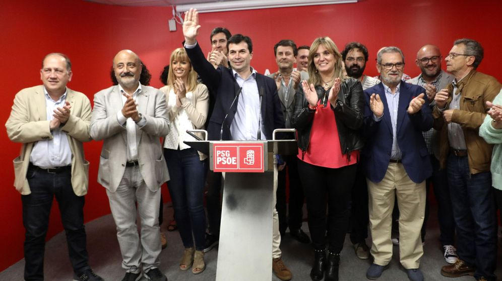 Foto: El secretario general del PSdG-PSOE, Gonzalo Caballero (c) junto a la ejecutiva del partido durante la noche electoral del 26-M. (EFE)