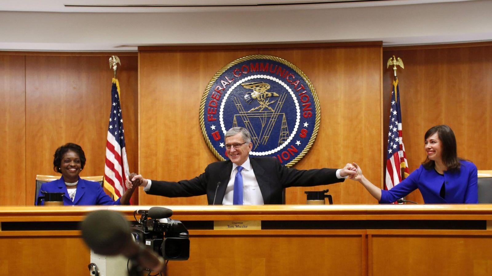 Foto: Miembros de la FCC celebran el resultado de al votación (Reuters)