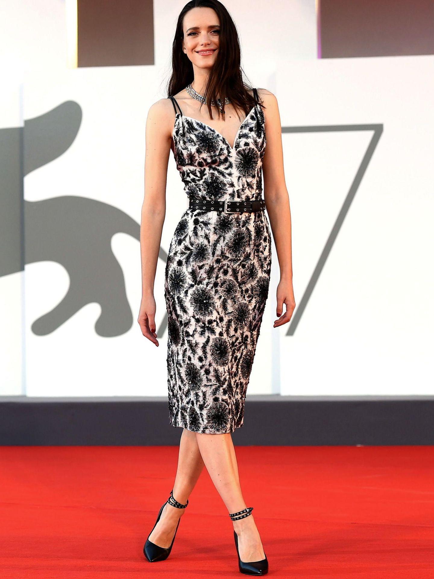 Stacy Martin, en la presentación de 'Amants (Lovers)' con vestido blanco estampado en negro, ceñido a la cintura con un cinturón del mismo color de Louis Vuitton. (EFE)