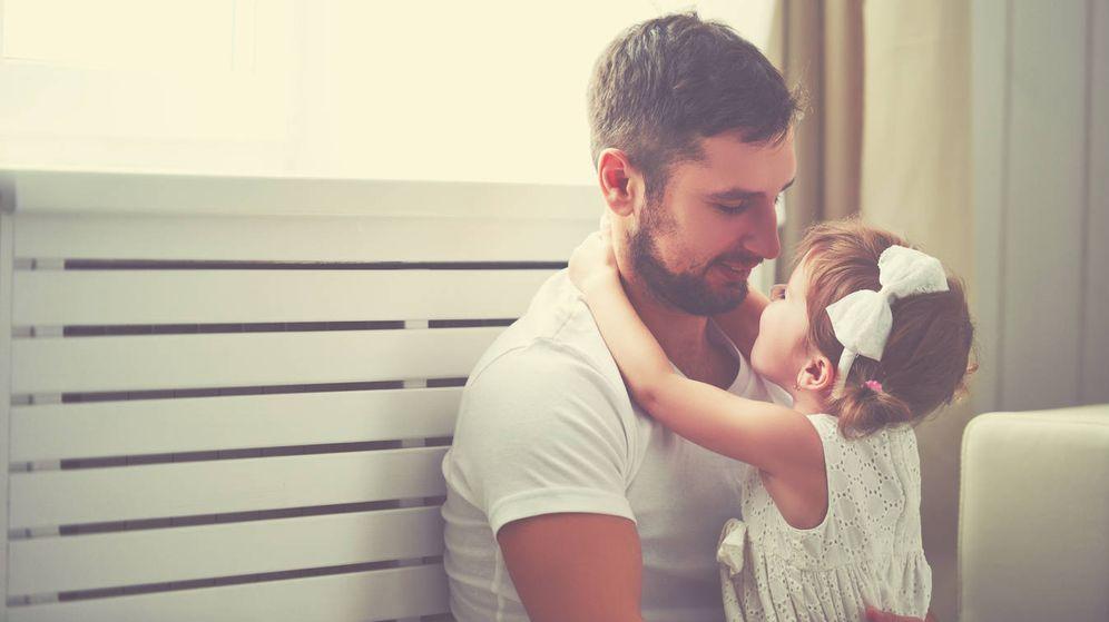 Foto: Un joven padre, pensando en cómo proteger a su indefensa hija de los malvados hombres. (iStock)