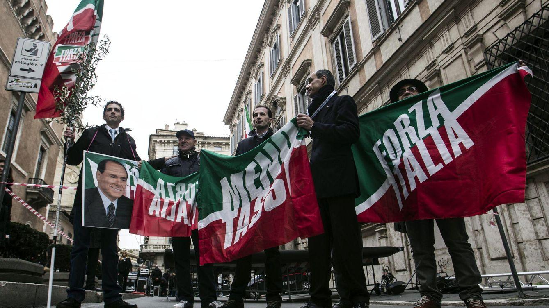 Foto: Un grupo de simpatizantes de Silvio Berlusconi protagoniza una manifestación en su apoyo en Roma. (EFE)