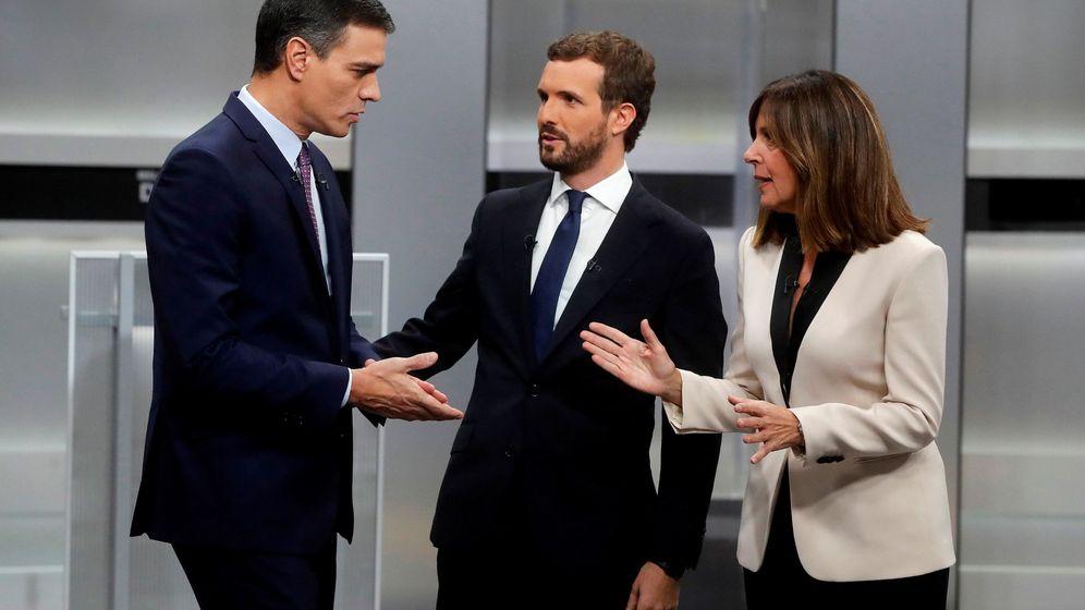 Foto: Pedro Sánchez y Pablo Casado, junto a la periodista Ana Blanco, antes del inicio del debate electoral. (EFE)