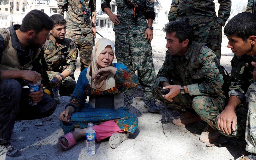 Foto: Una mujer llora tras ser rescatada por milicianos de las SDF, la alianza kurdo-árabe que tomó la ciudad, en Raqqa, el 17 de octubre de 2017. (Reuters)