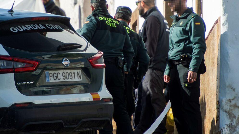 Foto: Momento en el que Bernardo Montoya, autor confeso de la muerte de Laura Luelmo, llega con los agentes de la Guardia Civil para realizar una reconstrucción de los hechos. (EFE)