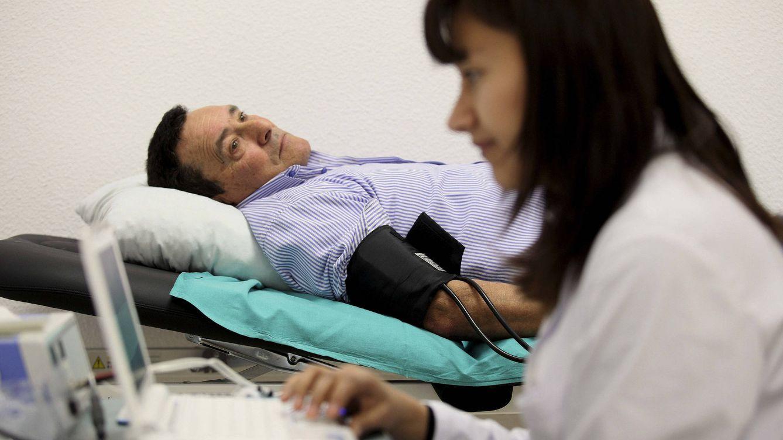 Foto: Un paciente se somete a una prueba de tensión. (EFE)