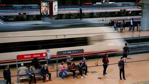 Un joven en silla de ruedas cae a las vías del tren en Atocha mientras bajaba por la rampa