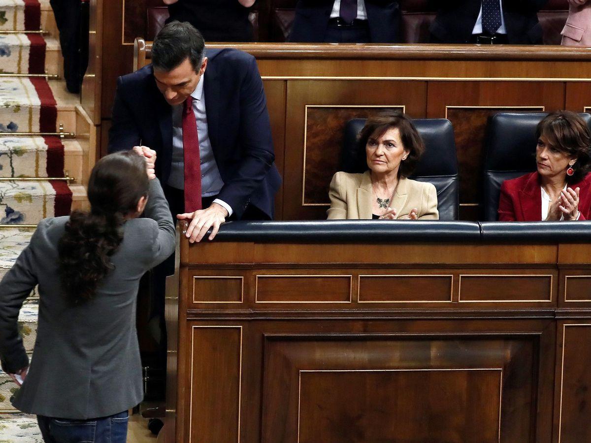 Foto: Pablo Iglesias saluda a Pedro Sánchez tras su intervención en la tercera y última sesión de investidura, el pasado 7 de enero. (EFE)