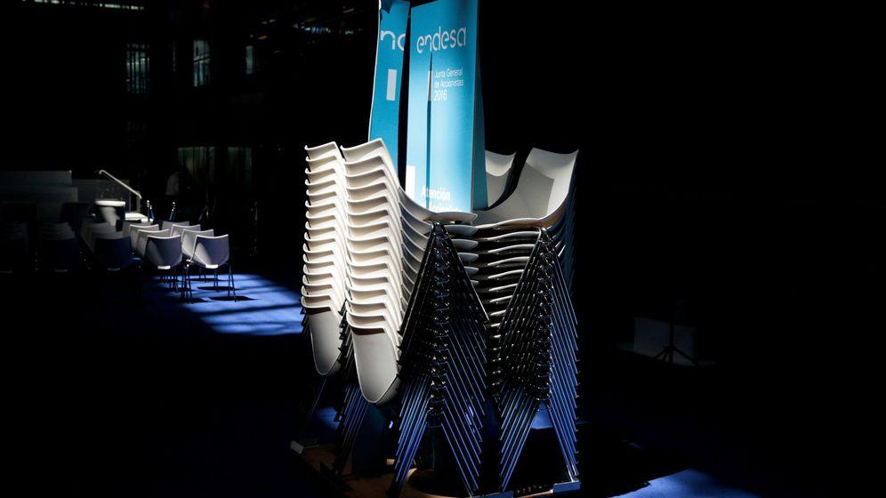 Foto: El logo de Endesa en unas sillas. (Reuters)