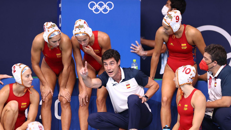 Miki Oca, el seleccionador español, dando indicaciones a sus jugadoras. (Reuters)