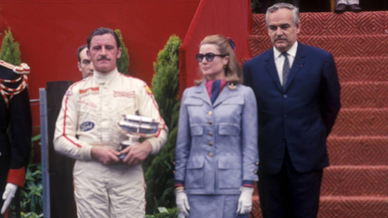 Graham Hill no rivalizaba en elegancia con Grace Kelly, pero casi. En la imagen aparecen los dos en el podio del GP de Mónaco de 1969. (Imago)