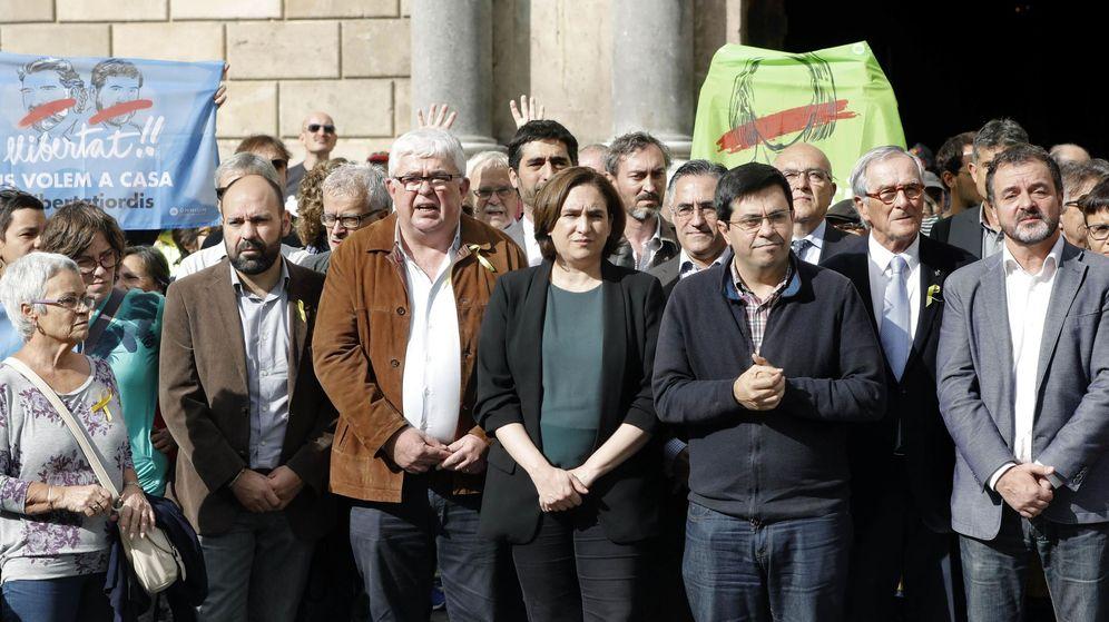Foto: La alcaldesa de Barcelona, Ada Colau (c), durante una concentración de la ANC en solidaridad con los cargos políticos citados a declarar. (EFE)