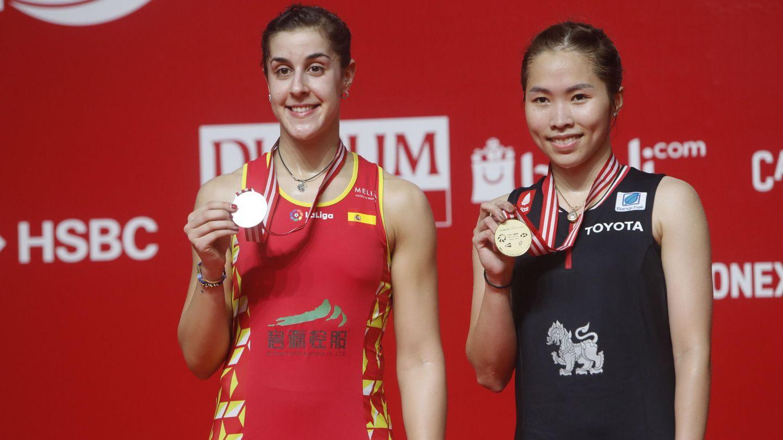 Carolina Marín, junto a Ratchanok Intanon, tras la final de Indonesia. (EFE)