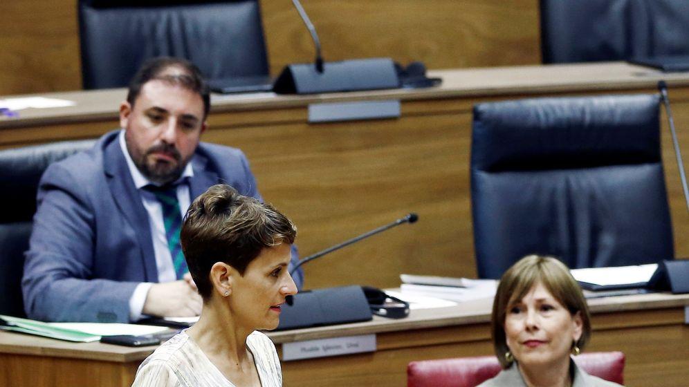 Foto: La candidata a la presidencia del Gobierno de Navarra, María Chivite (c), pasa junto a la presidenta en funciones, Uxue Barkos. (EFE)