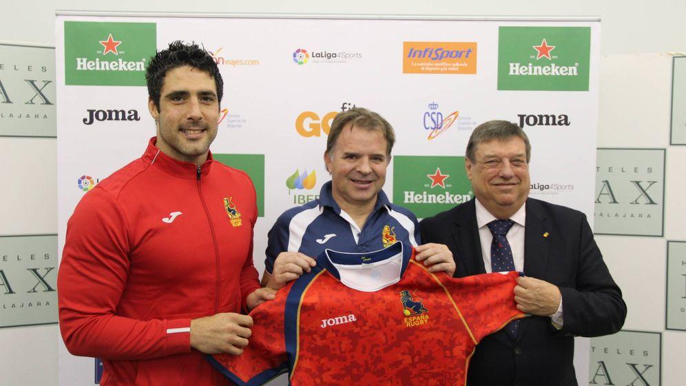 Foto: Jaime Nava, capitán, Santi Santos, seleccionador, y Keith Chapman, vicepresidente deportivo de la Federación (Ferugby).