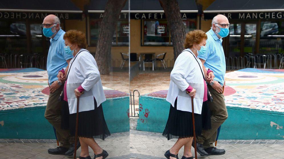 Foto: Una pareja de ancianos en el barrio de Usera, Madrid. (Reuters)