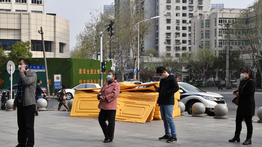 Foto: Transeúntes con mascarilla, en Wuhan. (Reuters)