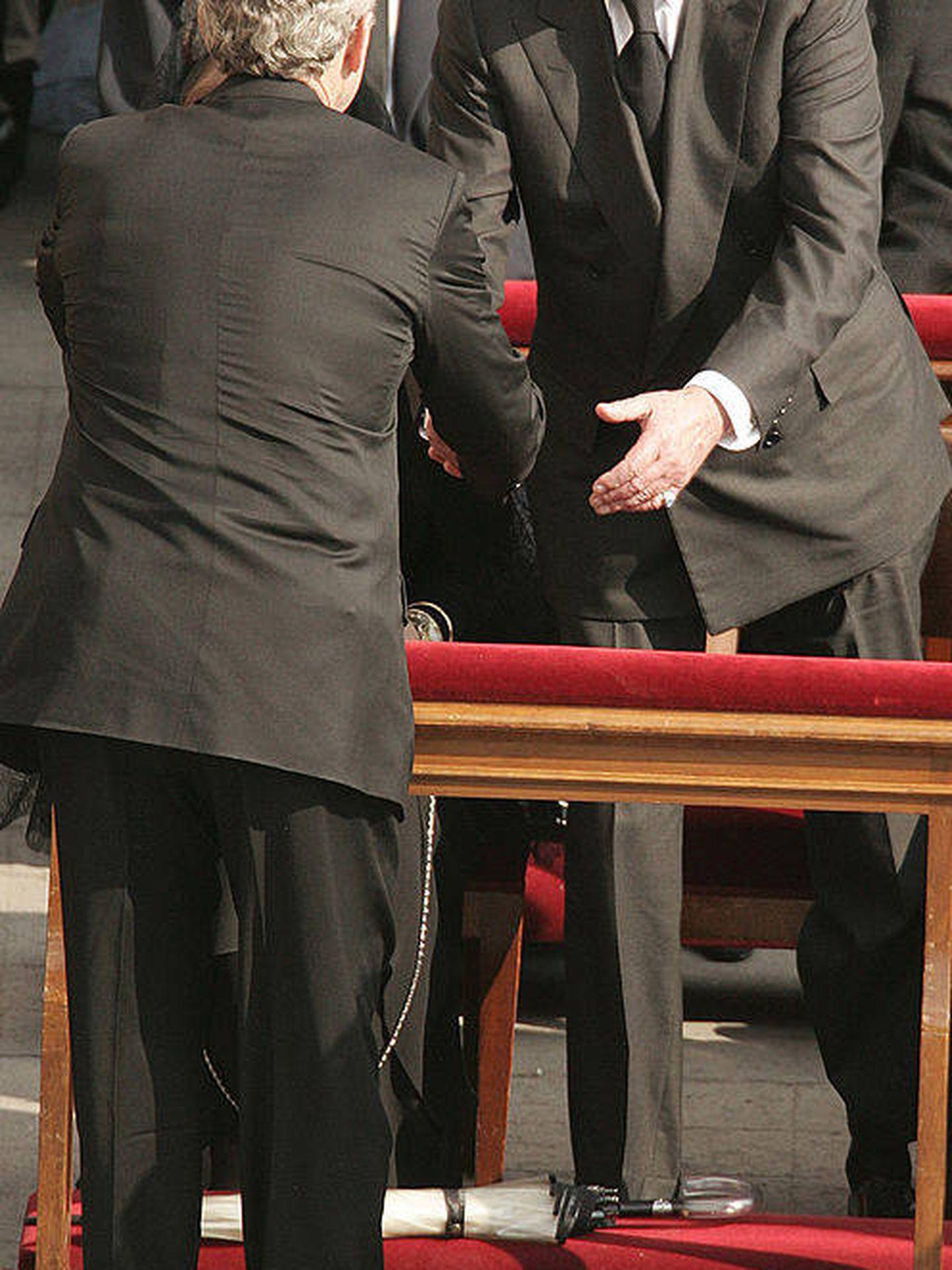 George Bush saluda al rey Juan Carlos. (Getty)