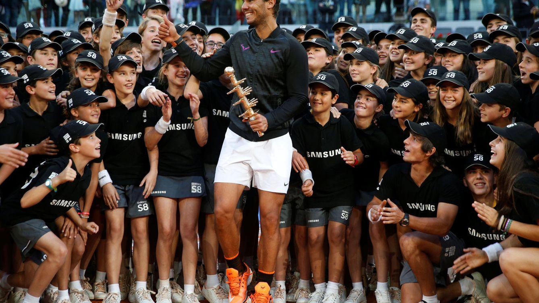 Foto: Nadal posa con los recogepelotas del torneo. (Reuters)