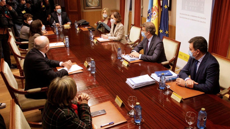 La vicepresidenta primera, Carmen Calvo (c), se reúne con el delegado del Gobierno de Galicia, Javier Losada; el presidente de la Xunta, Alberto Núñez Feijóo (2d), entre otros. (EFE)