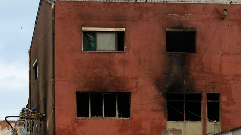Los bomberos localizan una tercera víctima mortal en la nave incendiada en Badalona