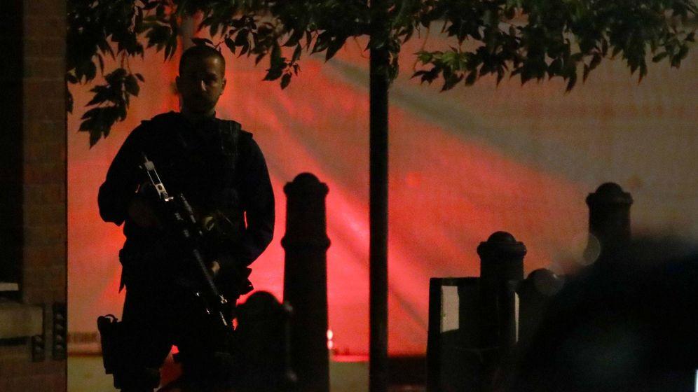 Foto: Un oficial de policía vigila las inmediaciones del London Bridge. (Reuters)