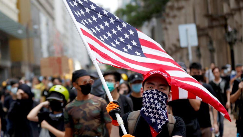 Foto: Manifestantes prodemocracia en Hong Kong con la bandera de Estados Unidos. (Reuters)