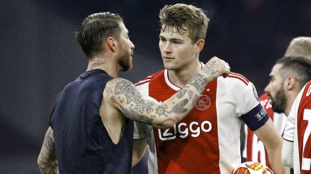 Foto: De Ligt se saluda con Sergio Ramos tras el Ajax-Real Madrid de Champions. (Reuters)